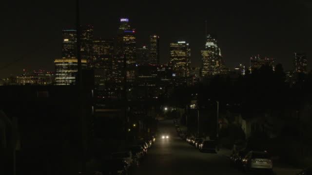 stockvideo's en b-roll-footage met wide establishing shot of los angeles street and skyline at night - b roll