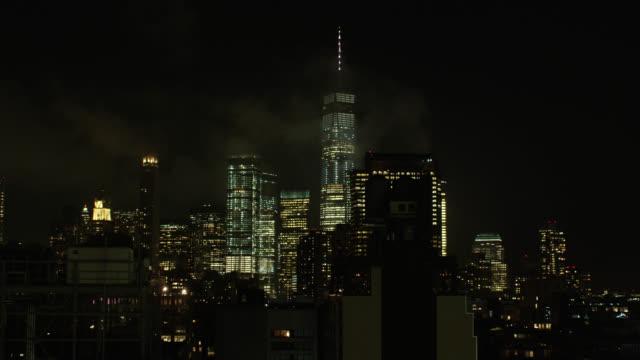 vidéos et rushes de wide establishing shot of new york city during a foggy night - mauvais présage