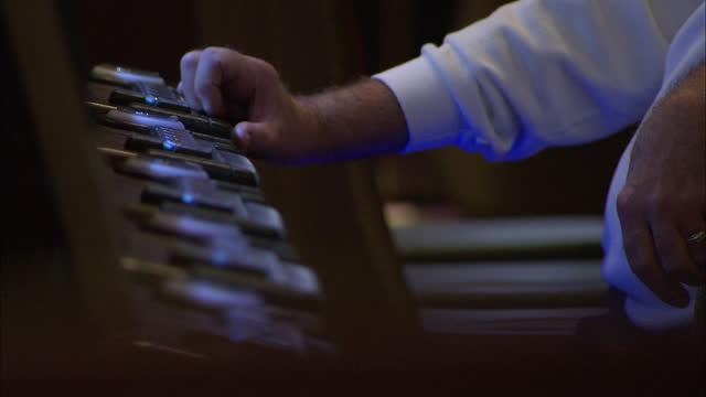 vidéos et rushes de wide establishing shot of the main floor of a casino in las vegas nevada - machine à sous