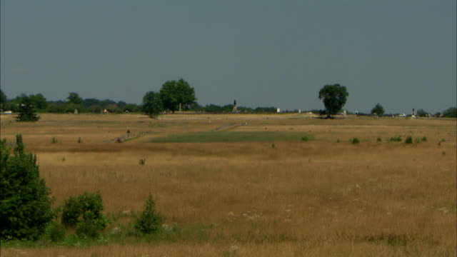 xws wide expanse of field w/ trees scattered barely visible vehicles moving in distant bg pa american civil war battlefield could be the ankle - gettysburg stock videos & royalty-free footage