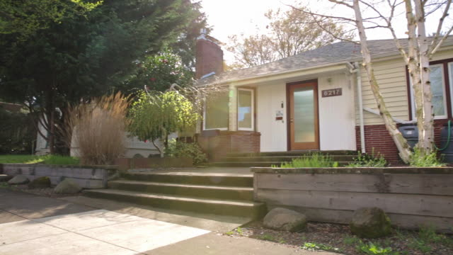 vídeos y material grabado en eventos de stock de wide exterior shot of a 1940's bungalow style house in portland or - establishing shot