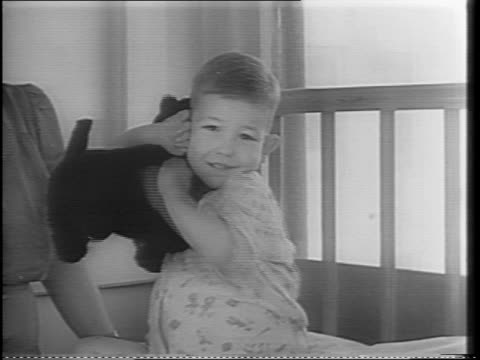 vídeos de stock, filmes e b-roll de wide exterior shot of baylor hospital in dallas / shots of four year old billy meers with woman and stuffed animal / shot of billy meers hugging... - sangue humano