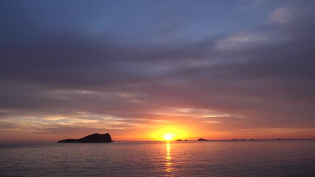 wide, glowing sunset over ocean horizon - バレアレス点の映像素材/bロール