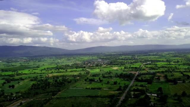 山と広い緑豊かなエリア - 湿地点の映像素材/bロール
