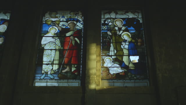 wide handheld sequence showing various depictions of the life of jesus christ at an english church, uk. - begriffssymbol stock-videos und b-roll-filmmaterial