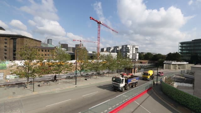 vídeos de stock, filmes e b-roll de wide high angle pan l r from kings cross st pancras railway station to construction site at the three pancras square development centre in the kings... - produto interno bruto
