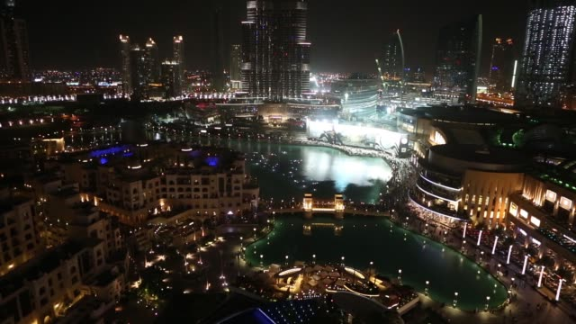 vídeos y material grabado en eventos de stock de wide high angle panning shot burj khalifa lake and illuminated buildings at night in the downtown area of dubai uae on friday nov 7 high angle views... - golfo pérsico