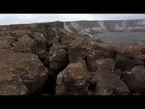 wide locked down shot of rim kilauea crater at hawai'i volcanoes national park / hawaii - letterbox format stock videos & royalty-free footage