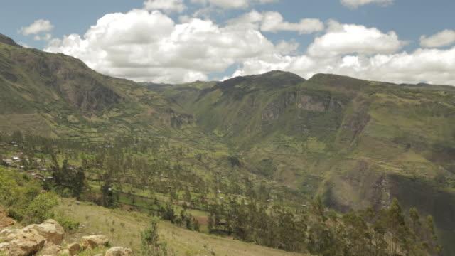 vidéos et rushes de wide mountains in peru 2 - amérique du sud