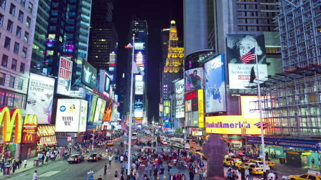 wide night shot on time square from public stairs, traffic - furzen stock-videos und b-roll-filmmaterial