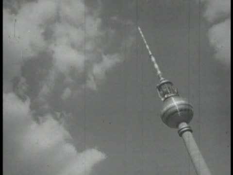 vídeos de stock, filmes e b-roll de wide pan shot of central berlin and berlin tv tower - torre de televisão berlim