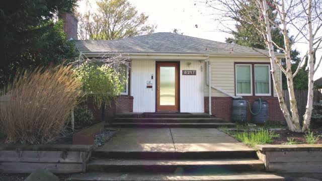 stockvideo's en b-roll-footage met wide panning exterior shot of a 1940's bungalow style home in portland or - gevel