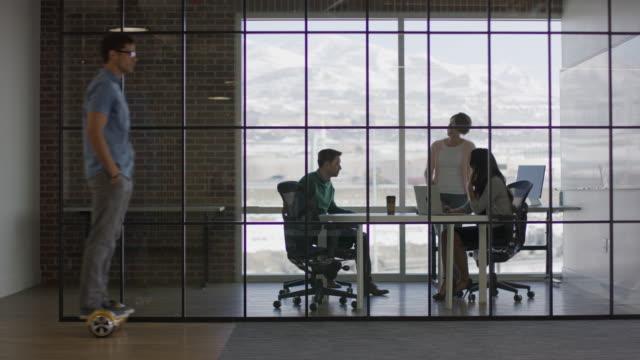 "vídeos de stock e filmes b-roll de ""wide panning shot of business people in busy office / lehi, utah, united states"" - vidro"