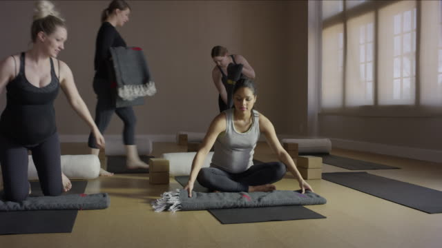 stockvideo's en b-roll-footage met wide panning shot of expectant mothers arriving in yoga class / provo, utah, united states - provo