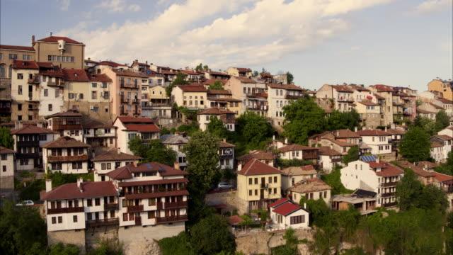 wide panning shot of houses on hillside / veliko tarnovo, bulgaria - bulgarien stock-videos und b-roll-filmmaterial