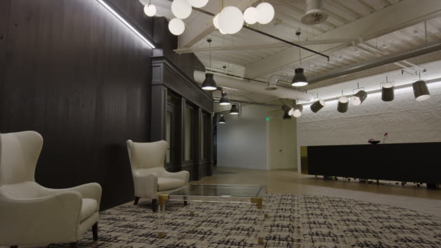 """wide panning shot of lobby in modern office / lehi, utah, united states"" - カーペット点の映像素材/bロール"