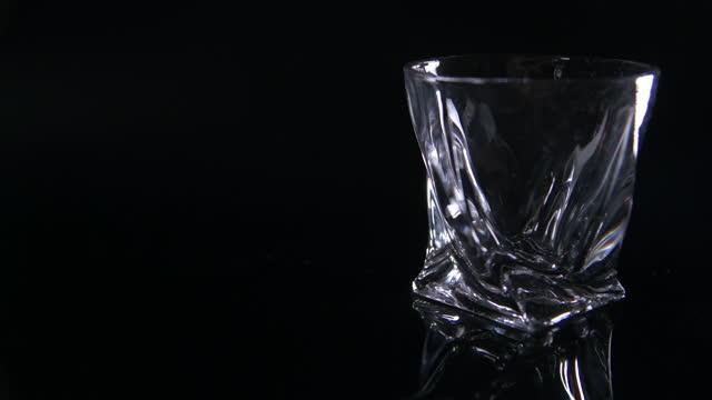 wide pull focus to modern whiskey tumbler - 画面切り替え フェードアウト点の映像素材/bロール