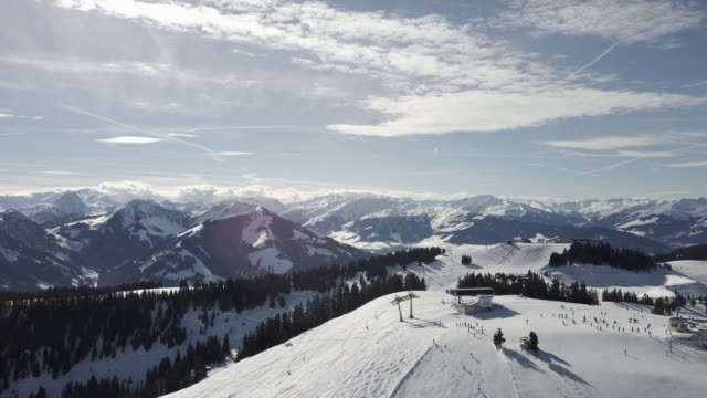 wide, remote ski resort in austria - stazione sciistica video stock e b–roll