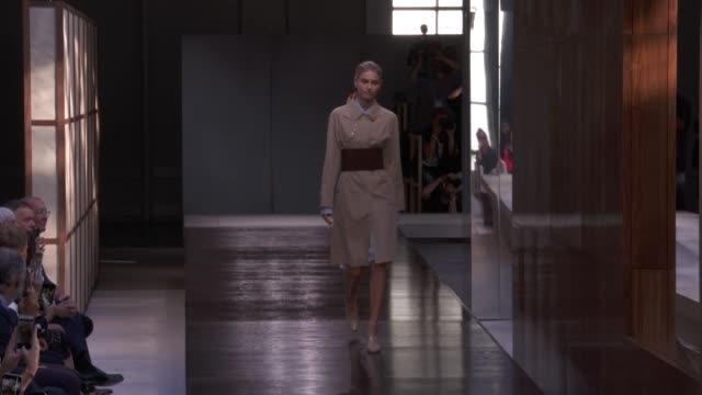 vidéos et rushes de wide runway shots highlights of looks with finale and designer - burberry