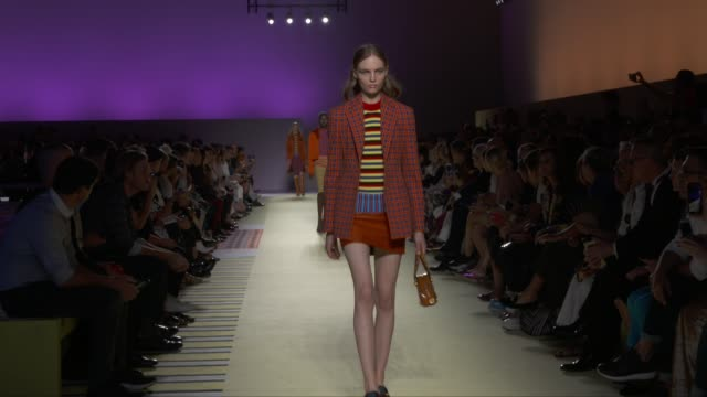 stockvideo's en b-roll-footage met wide runway shots highlights of looks with finale and designer - versace modelabel