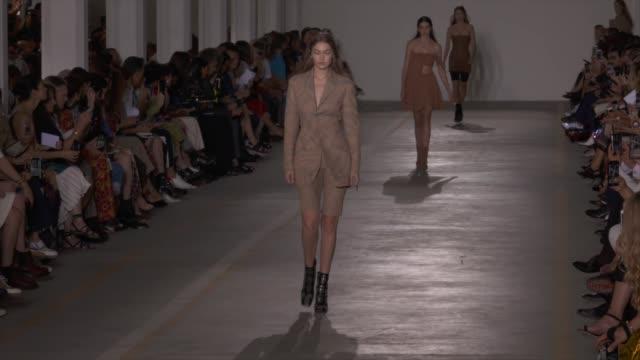 wide runway shots, highlights of looks with finale and designer. - ブランド ロベルト・カヴァリ点の映像素材/bロール