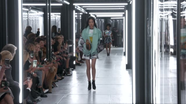 stockvideo's en b-roll-footage met wide runway shots highlights of looks with finale and designer - louis vuitton modelabel