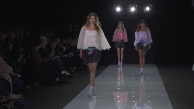 vídeos de stock, filmes e b-roll de wide runway shots highlights of looks with finale and designer - giorgio armani marca de moda