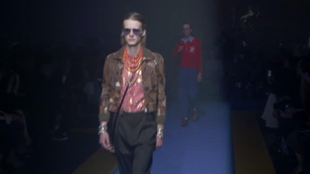 stockvideo's en b-roll-footage met wide runway shots, highlights of looks with finale and designer. - catwalk toneel