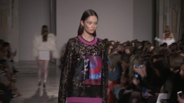 vidéos et rushes de wide runway shots highlights of looks with finale and designer - semaine de la mode de londres