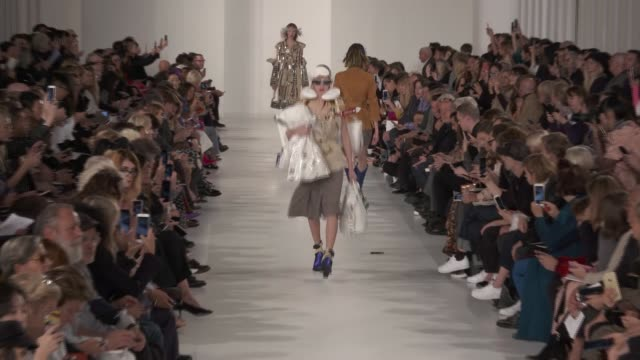vidéos et rushes de wide runway shots - fashion show