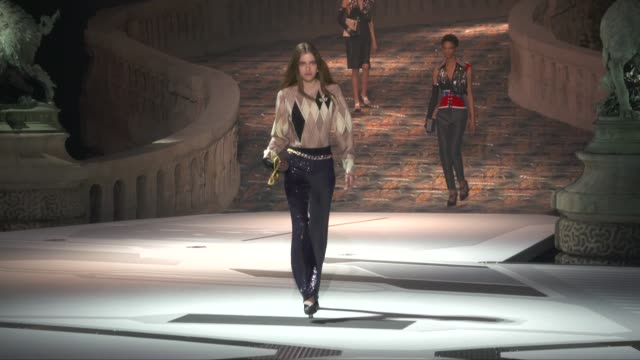 stockvideo's en b-roll-footage met wide runway shots - louis vuitton modelabel