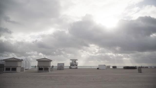 wide, scenic beach landscape in miami - cabina del guardaspiaggia video stock e b–roll