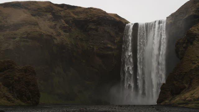 vídeos y material grabado en eventos de stock de wide, scenic iceland waterfall in slow motion - catarata