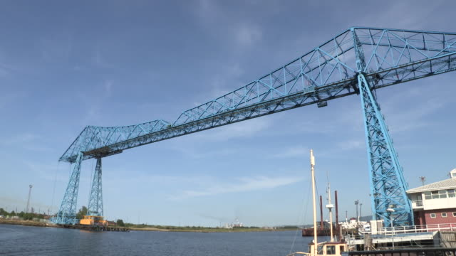 vídeos de stock, filmes e b-roll de wide sequence showing the tees transporter bridge (before renovation), middlesbrough, uk. - tees river