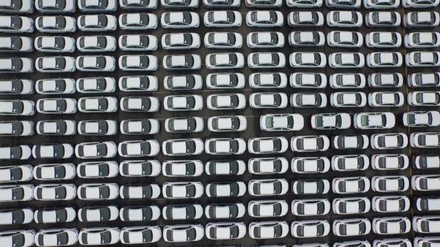 vídeos de stock e filmes b-roll de wide shot, aerial, birds eye view, flying overhead hyundai motor co vehicles bound for export waiting to board a hyundai glovis co roll-on/roll-off... - desodorante