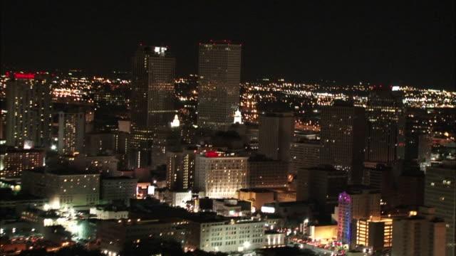 vidéos et rushes de wide shot aerial - city of new orleans lit up at night / new orleans louisiana - la nouvelle orléans