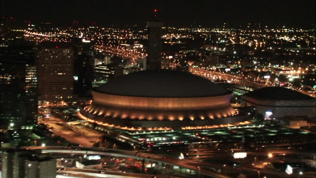 wide shot aerial - superdome at night / new orleans louisiana - 北アメリカ点の映像素材/bロール