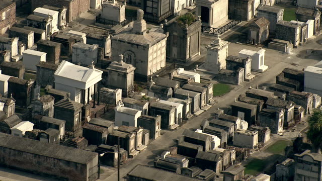 vidéos et rushes de wide shot aerial tracking-left zoom-out - above ground tombs fill a large cemetery in new orleans. / new orleans, louisiana, usa - la nouvelle orléans