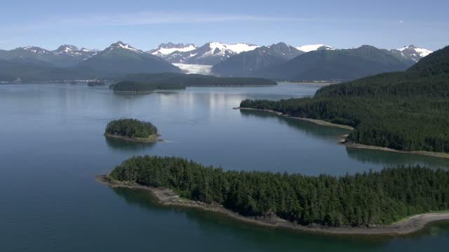 """vídeos de stock e filmes b-roll de """"wide shot aerial-dense forests border mountain lakes in alaska. / alaska, usa"""" - alasca"""