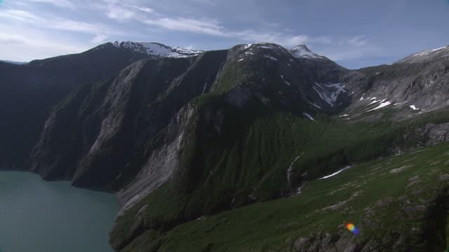 """wide shot aerial-mountains surround a lake in alaska. / alaska, usa"" - アラスカ点の映像素材/bロール"