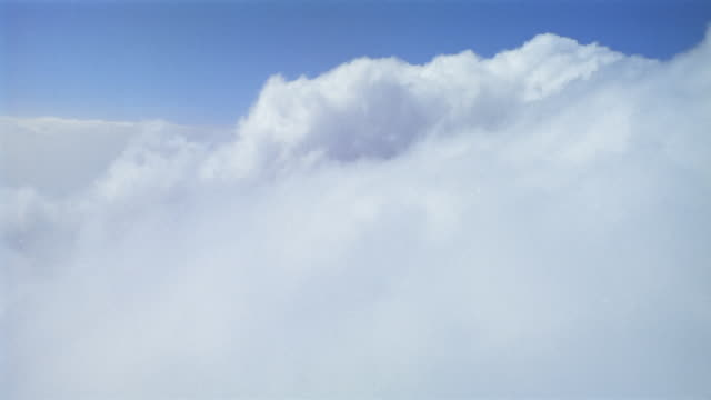 vídeos de stock e filmes b-roll de wide shot airplane point of view flying through fluffy white clouds - eternidade