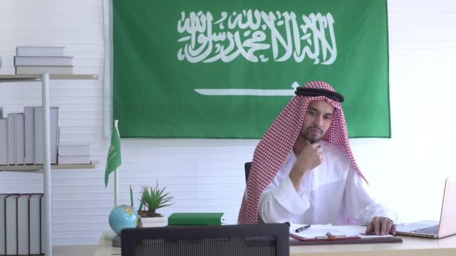 ワイドショットアラブの男はオフィスで考える - 最高経営責任者点の映像素材/bロール