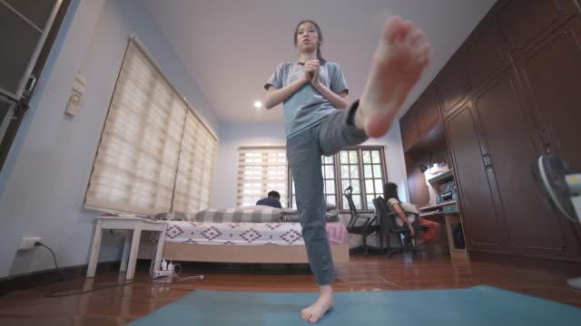 vidéos et rushes de exercice de femme asiatique de projectile large à la maison faisant l'entraînement de danse de cardio hiit pour la perte de graisse - toning de corps - accident domestique