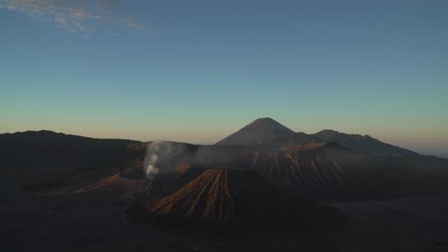 stockvideo's en b-roll-footage met 4k breed geschoten, prachtige mt.bromo, indonesië in de ochtend. - active volcano