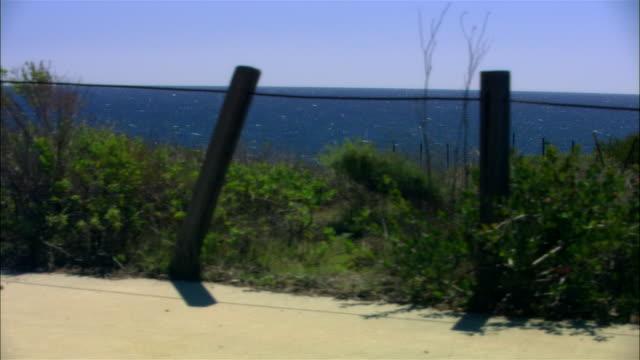vídeos de stock, filmes e b-roll de wide shot bend in road with ocean horizon/ malibu, california - pacífico norte