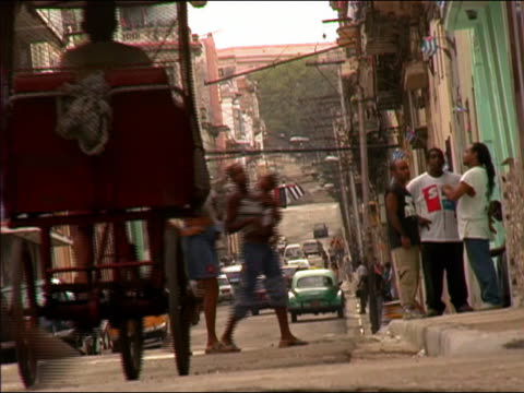 vidéos et rushes de 2003 wide shot bicycle rickshaw turning onto street / mothers and  toddlers crossing street in background /cuba - pousse pousse