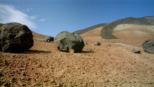 wide shot boulders on pico de teide / tenerife, canary islands - 巨礫点の映像素材/bロール