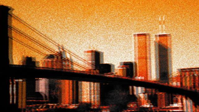 vidéos et rushes de grainy cross process wide shot pan brooklyn bridge + the world trade center from brooklyn / nyc - procédé croisé