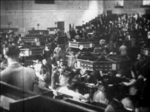 wide shot busy floor of ny stock exchange / newsreel - 1920 1929 stock-videos und b-roll-filmmaterial