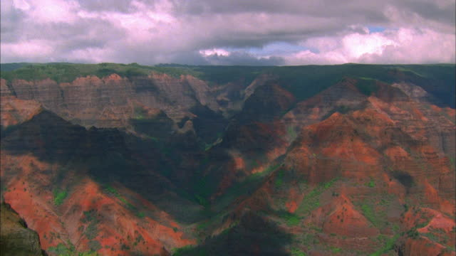 wide shot canyons with time lapse cloud shadows / hawaii - カウアイ点の映像素材/bロール